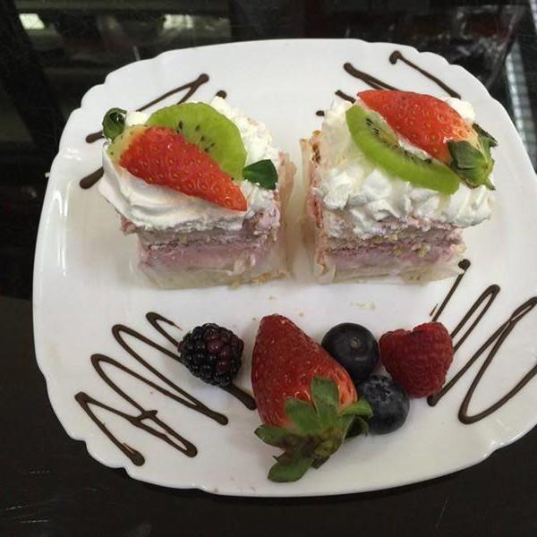 mini prajituri romanesti Londra cu fructe si frisca
